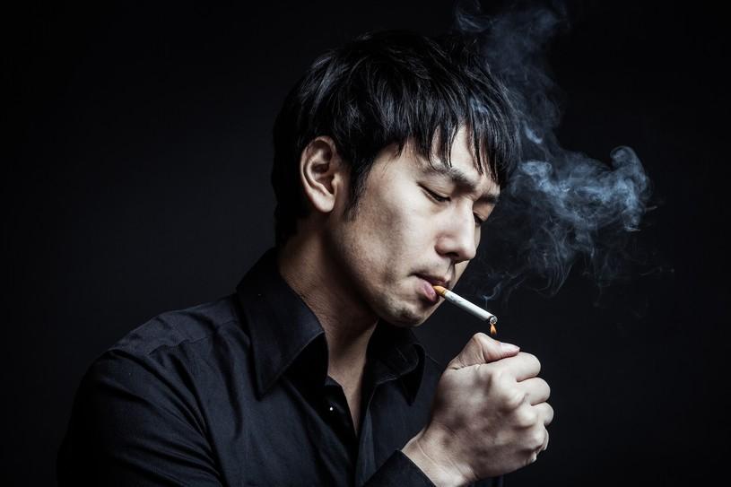 煙草・タバコに火をつける男性